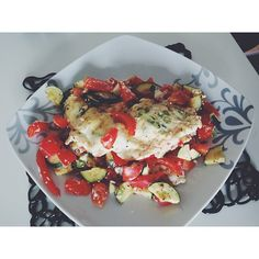 Egg white Omelette as dinner, stuffed with zucchini bell pepper and tomatoes and fried in spring onion, salt, pepper and oregano Egg White Omelette, Clean Eating, Healthy Eating, Get Lean, Bell Pepper, Frittata, Bruschetta, Tomatoes, Fitspo