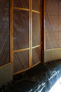 光之屋,光之舞-河内餐厅设计 Bamboo Landscape, Traditional Lamps, Bamboo Architecture, Curved Walls, Private Dining Room, Architectural Elements, Windows And Doors, Vietnam, Kimono