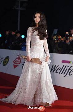 Kim Tae-ri wins New Actress (debut The Handmaiden) at 2016 Blue Dragon Awards