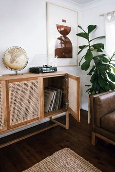 5 Respected Cool Tricks: Minimalist Home Modern Japanese Style minimalist home with kids storage.Warm Minimalist Home Mid Century minimalist decor diy clothes.Minimalist Interior Style Home Decor. Home Living Room, Living Room Designs, Living Room Decor, Living Room Dresser, Apartment Living, Retro Living Rooms, Decor Room, Apartment Therapy, Bedroom Decor