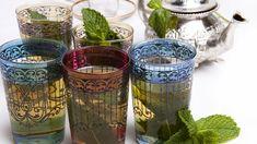 Nella ricetta tradizionale, il tè marocchino alla menta viene servito in teiere d'argento con un beccuccio molto lungo, e versato da una certa altezza, per far raffreddare prima l'infuso.