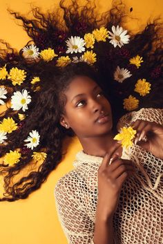 Looking for creative and fun self portrait ideas to surprise your viewers? Save these self portrait ideas for taking cull and surreal portraits even at home. Black Is Beautiful, Beautiful Dark Skinned Women, Pretty People, Beautiful People, Ideas Para Photoshoot, Curly Hair Styles, Natural Hair Styles, Natural Curls, Natural Beauty
