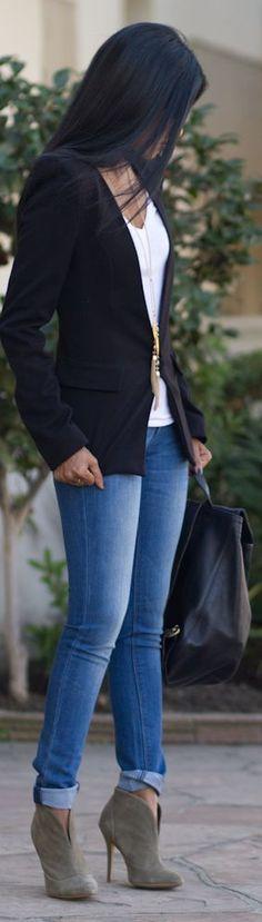 Inspiración!!  Con una camiseta básica, skinny jeans, botines y el complemento perfecto; un blazer,  tendrás un look muy interesante y fácil de armar para verte muy bien!