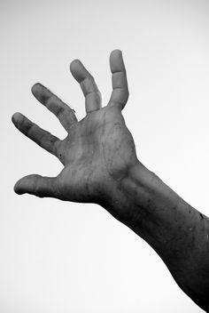 https://flic.kr/p/bA9z49 | la mano di Bernini | Fontana dei Quattro Fiumi - Piazza Navona ROMA Una leggenda è legata alla rivalità tra il Bernini e l'altro grande maestro del barocco, il Borromini. Si tramanda infatti che la statua del Rio della Plata tenga alzato il braccio per ripararsi dall'eventuale crollo del campanile o della cupola della prospiciente chiesa di Sant'Agnese in Agone opera del Borromini.