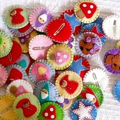 Kreativ Hacker (Girlie Girl) posted these. Cute, but I'd use them as round penny rugs or inchies. Felt Flowers, Fabric Flowers, Sewing Crafts, Sewing Projects, Felt Hair Accessories, Do It Yourself Inspiration, Diy Accessoires, Felt Hair Clips, Barrettes
