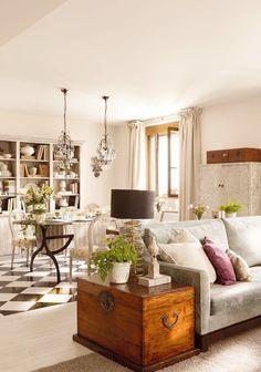 Un baúl como mueble auxiliar  Búscale la mejor ubicación: junto al sofá, como mesa de centro o a pie de cama.