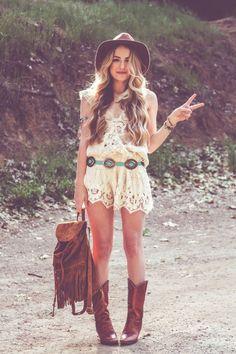 Cowgirls passen auch super zu Festivals! Derbe Boots, Wildleder-Rucksack mit Fransen, weißer Lace-Playsuit und ein lässiger Hut machen das Outfit perfekt!