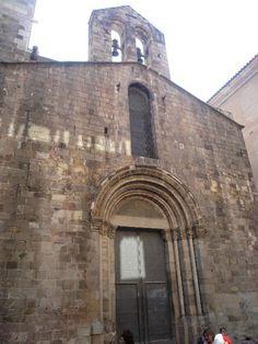 Fachada da capela de Santa Lúcia na Catedral de Santa Eulália de Barcelona, em Barcelona, província de mesmo nome, na Comunidade Autônoma da Catalunha, Espanha. Foi construida entre os anos 1257 e 1268, em estilo românico tardio, sob o mandato do bispo Arnau de Gurb (1252-1284) como capela do palácio episcopal.   Fotografia: Pere López.