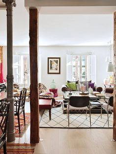 With an eclectic approach, Marengo Interiorismo managed to give a pronounced personality, a warm and welcoming atmosphere to this apartment. Eclectic Style, Eclectic Decor, New Living Room, Living Area, Dark Sofa, Feminine Decor, Wood Columns, Decor Interior Design, Sweet Home