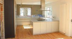 Siedlungshaus - perfekte Küchenaufteilung ohne Hängeschränke, dafür mit schickem Heizkörper und frei im Raum platzierter Dunstabzugshaube