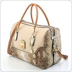 Handtasche voller opulenter Schönheit. Makala ist eine Kollektion, die über alles verfügt, was Guess berühmt und beliebt macht. Taschen und Geldbörsen für Frauen, die das Besondere wünschen.    Guess ist eine Marke mit deutlichem Gesicht, mit Stil und Wiedererkennungswert. Guess macht Taschen und Geldbörsen für ganz besondere Frauen.