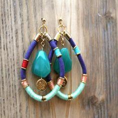 Unieke en handgemaakte oorbellen van het merk So Seriously. De oorbellen zijngemaakt van verschillende soorten draad en vergulde gouden ringetjes. Als middelpunt een mooie zeegroene glassteen afgewerkt met ons label. Hippie ChicUSAinfo@hippiechic.nl
