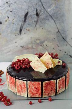 Pasiune pentru bucatarie: Tort cu mousse de ciocolata, crema de ciocolata, crema bavareza de vanilie si jeleu de capsune/ Chocolate and strawberry Entremet
