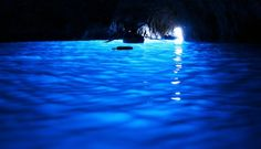 青く輝く神秘の世界「青の洞窟(カプリ島)」