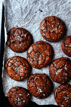 brownie crinkle cookies can be made vegan by using coconut oil instead of butter and aquafaba instead of eggs! Chocolate Crinkle Cookies, Chocolate Crinkles, Chocolate Coconut Cookies, Chocolate Brownie Cookies, Cocoa Chocolate, Chocolate Muffins, Just Desserts, Delicious Desserts, Cookie Recipes