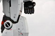 lemanoosh:  Gundam statue