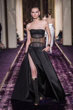 In occasione della settimana della Haute Couture parigina, Donatella Versace offre una sua nuova versione dell'alta moda con la sfilata Autunno-Inverno 2014 di Atelier Versace. La missione della stilista? Eliminare il tessuto per, paradossalmente, rendere la couture ancora più moderna. Ecco le immagini della sfilata.