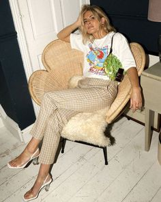 Fall Fashion Styling Tricks Lucy Williams in Graphic Tee and Checked Trousers with Fendi Baguette Fashion Me Now, Star Fashion, Fashion Beauty, Fashion Tips, Women's Fashion, Modest Fashion, Fashion Dresses, Outfits Otoño, Estilo Blogger