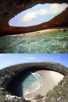 Praia escondida, Ilhas Marietas, México > Essa praia secreta, formada em um buraco no meio da pedra, esconde um verdadeiro paraíso marinho. Está localizada em Puerto Vallarta, no México. O acesso só é possível de barco, por um túnel embaixo das rochas.