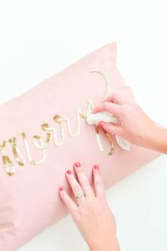 DIY Sequin Pillows // cheap IKEA pillows would be perfect. Diy Home Decor Rustic, Easy Home Decor, Cheap Home Decor, Decor Diy, Diy Deco Rangement, Holiday Crafts, Christmas Crafts, Diy Christmas Pillows, Diy Luminaire