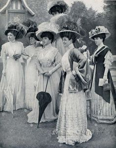 Typical Fashion Style of Edwardian Era – Vintage Photos of Ladies in Trailing Dresses with Peach Basket Hats ~ vintage everyday Edwardian Clothing, Edwardian Dress, Edwardian Era, Edwardian Fashion, 1900s Fashion, Fashion Fall, Retro Mode, Mode Vintage, Vintage Ladies