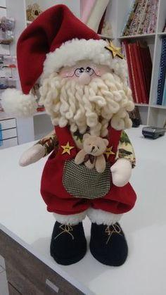 Papai noel em pé, obs o ursinho pode ser modificado. De acordo com disponibilidade. Christmas Makes, Felt Christmas, Christmas Time, Christmas Ornaments, Crochet Christmas, Christmas Crafts To Sell, Christmas Sewing, Christmas Projects, Santa Decorations
