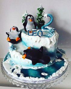 One of my faverite winter snowie cake! I really enjoy making it! Penguin Cake Toppers, Penguin Cakes, Beautiful Cakes, Amazing Cakes, Penguin Wedding, Winter Wonderland Party, Let Them Eat Cake, Food Hacks, Penguins