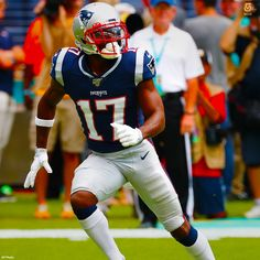 GOODBYE Antonio Brown will officially be wearing with the Patriots, the same number his father once wore. New England Patriots Football, Nfl Football, American Football, Football Players, Football Helmets, Colts Cheerleaders, Nfl Memes, Antonio Brown, Boston Strong