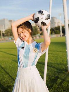 Triệu Lộ Tư vẫn được yêu mến vì quá xinh đẹp khi cổ vũ đội nào thì đội đó rời Worldcup Girl Pictures, Girl Photos, Girl Friendship, Beautiful Chinese Girl, Football Girls, Stylish Girl Pic, Cute Girl Photo, Japan Girl, Cute Korean Girl