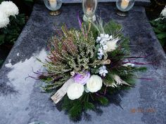 Pin na nástenke vence Grave Flowers, Altar Flowers, Funeral Flowers, Christmas Floral Arrangements, Funeral Flower Arrangements, Grave Decorations, Flower Decorations, Diy Christmas Gifts, Christmas Wreaths