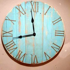 rustic and traditional looking pallet clock - 40+ Dreamy Pallet Ideas to Reuse old Pallets | 99 Pallets