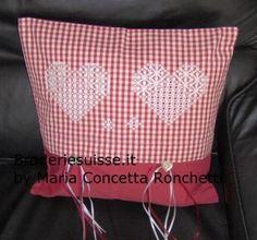 giugno, 2013   Broderiesuisse.it, cuscini , due cuori broderie suisse, chiaro e scuro, hearts chicken scratch, pillow embroidery.