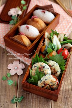 Japanese Inarizushi (sushi rice stuffed in tofu pouches) Bento Lunch|稲荷寿司の弁当  I would love to carry such a pretty lunch to work!