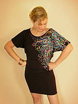 Na želanie som namaľovala folk tyrkysový vzor na čierne šaty Adalei s krátkym rukávom. Šaty sú ušité z veľmi príjemného a kvalitného materiálu 95%viskóza 5% elastán. Na postave sedia výborn...