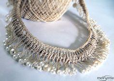 Collana fatta a mano usando l'uncinetto con filo beige di melisema