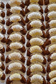 Discover thousands of images about A kekszes dobozok egyik legcsinosabb, legfinomabb darabja! Hungarian Cookies, Hungarian Desserts, Hungarian Recipes, Italian Desserts, Yummy Snacks, Yummy Food, Cookie Recipes, Dessert Recipes, Crescent Cookies