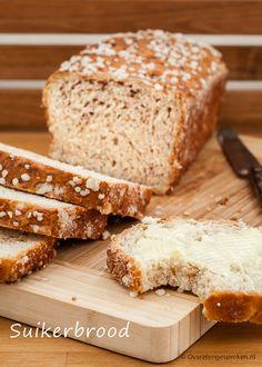 Suikerbrood - Zoet en plakkerig wit brood verrijkt met kaneel en gembersiroop. Lekker met een flinke lik roomboter. Puur genieten!