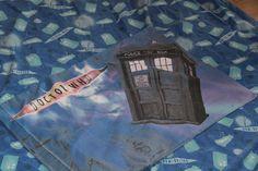 Dr Who Single Bettbezug mit Tardis, Daleks und Cyberman mit Kissenbezug Upcycling Material by AtticB Dr Who, Doctor Who Logo, The Time Machine, Single Duvet Cover, Dalek, Duvet Bedding Sets, Better Love, Tardis, Reuse