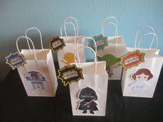 Bolsas de chuchería de Star Wars sería perfectos para una fiesta de cumpleaños de Star Wars o el tema de la fiesta. Recibirás: (1) conjunto de 10 Star Wars golosinas bolsas con etiquetas Son bolsos de tamaño 8 1/2 H x 5 1/4W x 3 D Si usted tiene alguna pregunta póngase en contacto conmigo. ÓRDENES DE ENCARGO SON BIENVENIDAS! ¡Gracias por mirar! Gráfico por Cutesiness