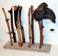 De Swamp Shoes is een schoenenstaander gemaakt van diverse houten takken op een steigerhouten voet. Ideaal voor het makkelijk opbergen van uw laarzen, schoenen, regenlaarzen etc. Uniek en Chique...  Kijk snel op www.sebastiaanphilippe.nl voor onze complete collectie handgemaakte houten producten.