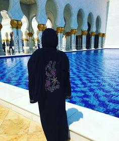 Looking back on this day and just getting the #travelfeels..#blessed#mytraveldiary#myabudhabi#sheikzayed#mydubai#grandmosque#girlaroundtheworld#ladiesgoneglobal#flashbackfriday  by farzanalarney