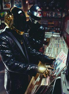Daft Punk go from sampling disco records to creating a dance masterpiece. Thomas Bangalter and Guy-Manuel de Homem-Christo open up to Wax Poetics. Daft Punk, Dj Music, Music Stuff, Rave Music, Indie Music, House Music, Music Is Life, Cyberpunk, Thomas Bangalter