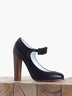 """""""Mary-Jane"""" modeli bilekten bağlı ayakkabıların en rafine yorumu ki Céline'den geliyor."""