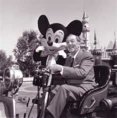 """""""Nuestros sueños pueden convertirse en realidad si los deseamos tanto como para ir tras ellos"""".   Walt Disney"""
