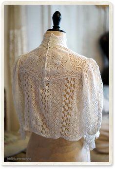 アンティークボビンレースブラウス - 【Belle Lurette】ヨーロッパ フランス アンティークレース リネン服の通販 Victorian Blouse, Victorian Lace, Antique Lace, White Boho Dress, Lace Dress, White Outfits, Blouse Styles, High Collar, Dressmaking