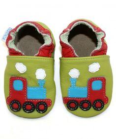Pierwsze buciki dla dziecka motyw z pociągiem