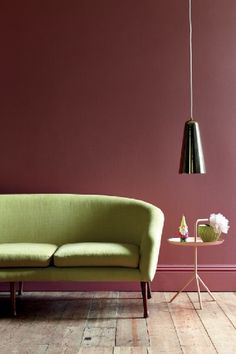 Peindre les murs du salon dans un rouge brun donne une note de féminité délicate à la pièce. Peinture Little Greene. Plus de photos sur Déco Cool http://petitlien.fr/7vp7