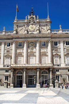 El palacio real en Madrid fue construido en 1755. También es conocido como el Palacio de Oriente. Es hecho en un estilo barroco y fue diseñado por el arquitecto Filippo Juvara.