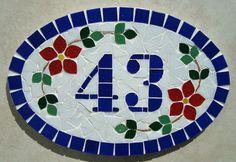 Numero residencial em mosaico, tamanho oval pequeno (30x20). Cliente pode escolher cor da borda e do número. O mosaico é realizado em cima de um piso de ceramica e deverá ser fixado na parede com argamassa. Ou poderá ser feito 2 furos para parafusar na parede, a pedido do cliente. R$ 80,00