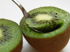 Kiwi: The Energy-Boosting Fruit - Cut it in half, eat it with a spoon - 2 a day only 100 calories per Dr. Health And Nutrition, Health And Wellness, Colon Health, Cholesterol Diet, Happy Foods, 100 Calories, Kiwi, Healthy Lifestyle, Healthy Recipes